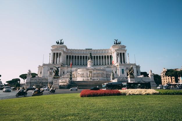Rzym, włochy - 20 czerwca 2018: panoramiczny widok z przodu muzeum pomnik vittorio emanuele ii znany również jako vittoriano lub altare della patria na piazza venezia w rzymie. letni dzień i błękitne niebo