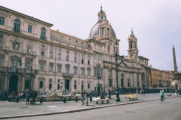 Rzym, włochy - 21 czerwca 2018: panoramiczny widok na piazza navona to plac w rzymie. letni dzień i błękitne niebo. ludzie chodzą po placu