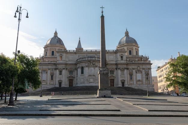 Rzym, włochy - 21 czerwca 2018: panoramiczny widok na zewnątrz basilica di santa maria maggiore lub kościół santa maria maggiore. jest to główna bazylika papieska i największy katolicki kościół maryjny w rzymie