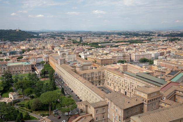 Rzym, włochy - 22 czerwca 2018: panoramiczny widok na watykan z bazyliki papieskiej świętego piotra (bazylika świętego piotra)