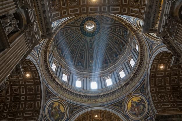 Rzym, włochy - 22 czerwca 2018: panoramiczny widok wnętrza bazyliki papieskiej świętego piotra (bazylika świętego piotra). jest to włoski renesansowy kościół w watykanie, enklawa papieska w rzymie