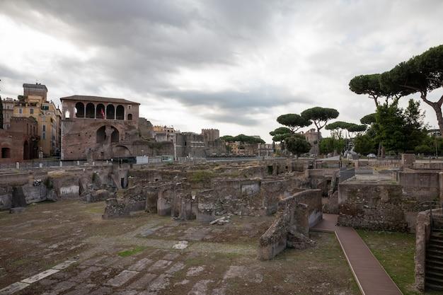 Rzym, włochy - 23 czerwca 2018: panoramiczny widok na forum trajana w rzymie. letni dzień i błękitne niebo