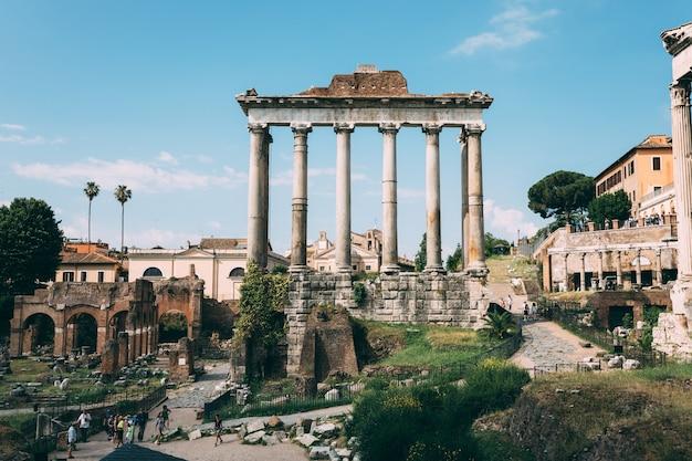 Rzym, włochy - 23 czerwca 2018: panoramiczny widok na świątynię wespazjana i tytusa znajduje się w rzymie, na zachodnim krańcu forum romanum. jest on poświęcony ubóstwionemu wespazjanowi i jego synowi, ubóstwionemu tytusowi
