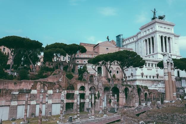 Rzym, włochy - 23 czerwca 2018: panoramiczny widok świątyni wenus genetrix jest zniszczoną świątynią i forum cezara znanym również jako forum iulium