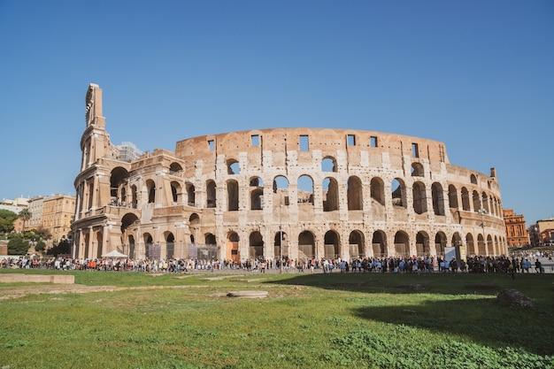 Rzym, włochy - 27.10.2019: widok na rzymskie koloseum w rzymie, włochy. koloseum zostało zbudowane w czasach starożytnego rzymu w centrum miasta. podróżować.
