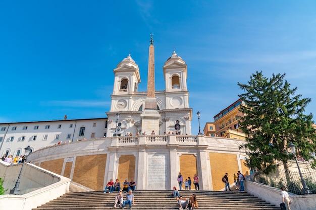 Rzym, włochy - 28.10.2019: kościół santissima trinita dei monti i starożytny egipski obelisk na szczycie schodów hiszpańskich w rzymie. podróżować.