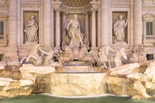 Rzym, włochy. fontanna di trevi nocą, arcydzieło włoskiej klasycznej architektury barokowej.