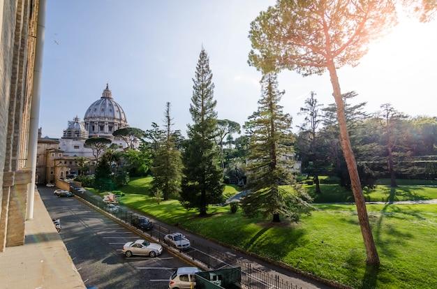 Rzym, włochy: kwiecień 7, 2017: widok th ogrodowy sąd wśrodku watykańskiego muzeum