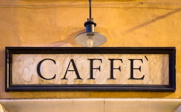 Rzym, włochy. tradycyjny znak kawy w stylu vintage na ścianie.