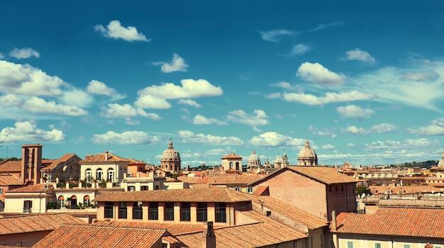 Rzym, włochy, widok z lotu ptaka na stronę kapitolu z dachami i kościołami