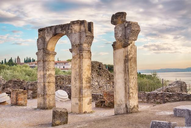 Rzymianin rujnuje grotte di catullo lub grotę przy sirmione, jeziorny garda, północny włochy.