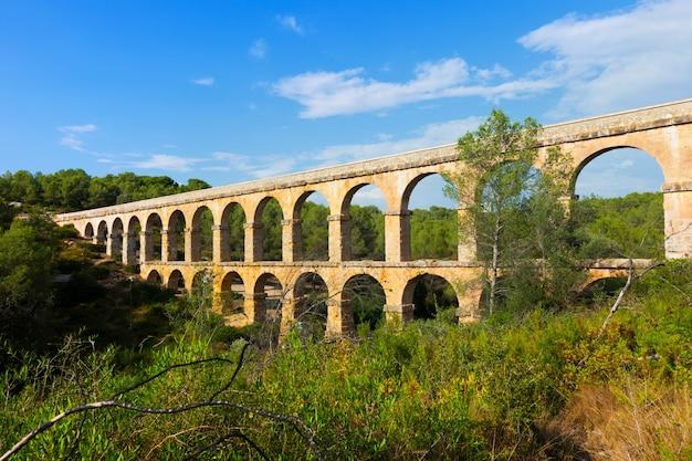 Rzymski akwedukt w lesie. tarragona,
