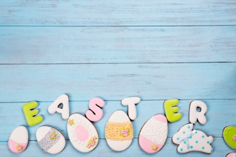 Słodycze do świętowania Wielkanocy. Piernik w kształcie pisanek.