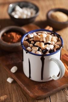 S'mores gorąca czekolada mini marshmallows cynamonowy zimowy napój