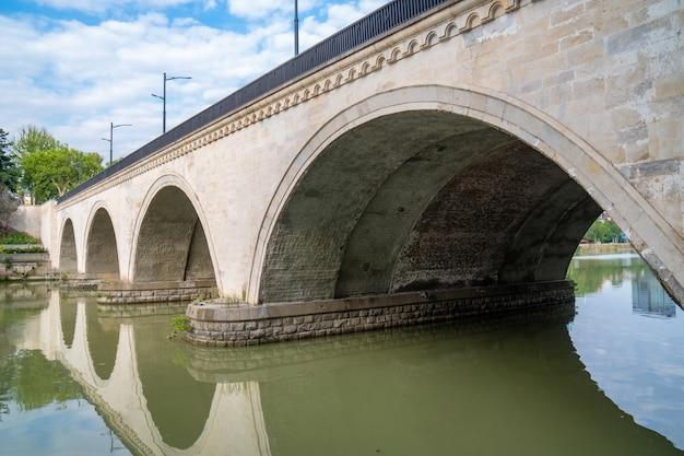 Saarbrucken most na rzece kura w tbilisi, gruzja. podróż