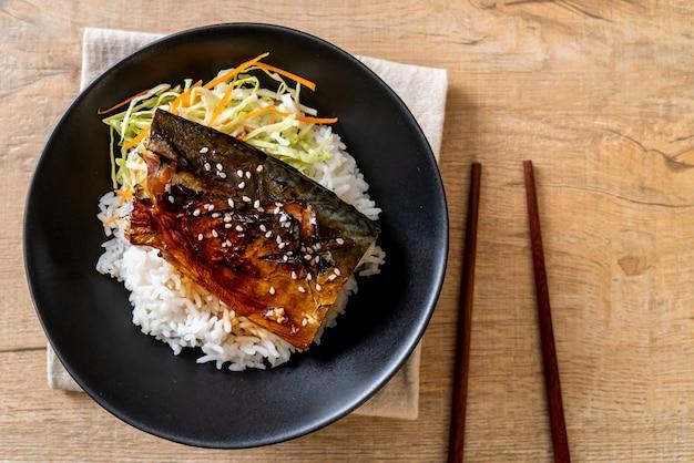 Saba z grilla z sosem teriyaki na miseczce ryżowej