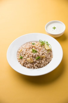 Sabudana khichadi - autentyczne danie z maharashtry wykonane z nasion sago, podawane z twarogiem