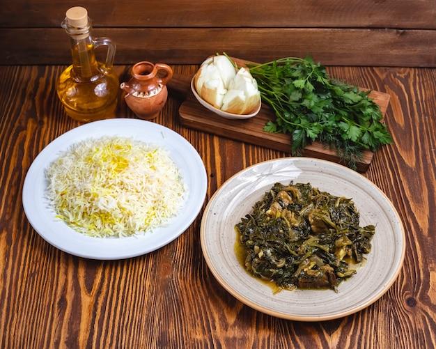 Sabzi pilaw mięso ze szpinakiem ryż widok z boku