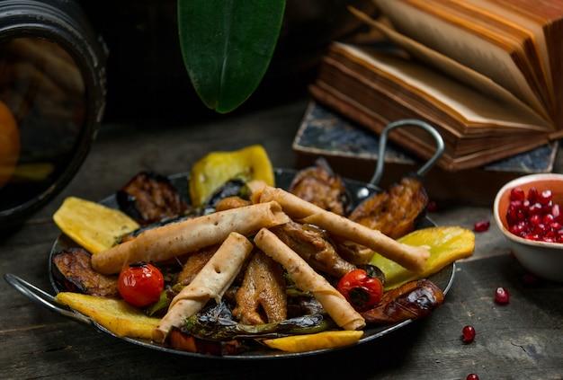 Sac ici tradycyjne kaukaskie jedzenie z chrupiącym chlebem galeta