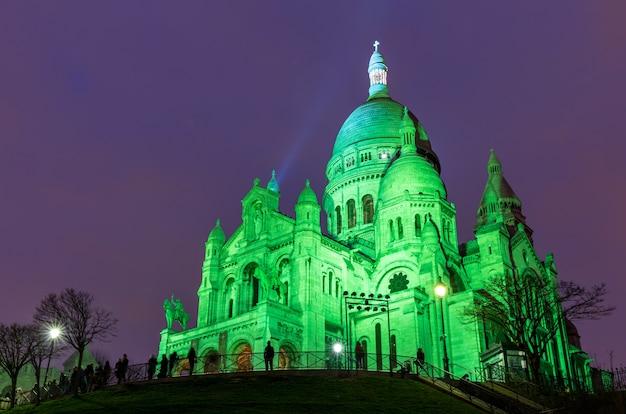 Sacre coeur w montmartre, paryż w nocy