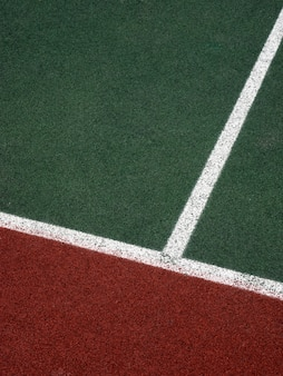 Sąd z białymi, zielonymi i brązowymi paskami, tło minimalizmu