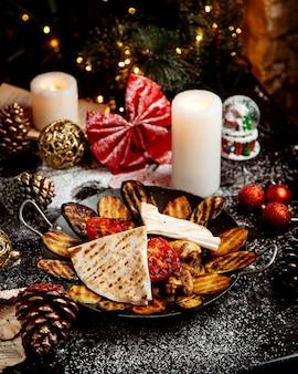 Sadj i noworoczne zabawki na stole