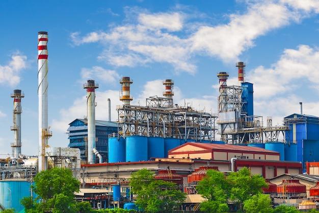 Sadza, fabryka elektrowni węglowej z kominem.