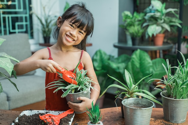 Sadzenie dzieci i ogrodnictwo w domu