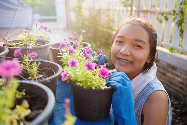 Sadzenie kwiatu. młodych pracujących w ogrodzie w domu.