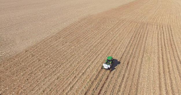 Sadzenie trzciny cukrowej poprzez stosowanie nawozu i środków owadobójczych za pomocą ciągnika