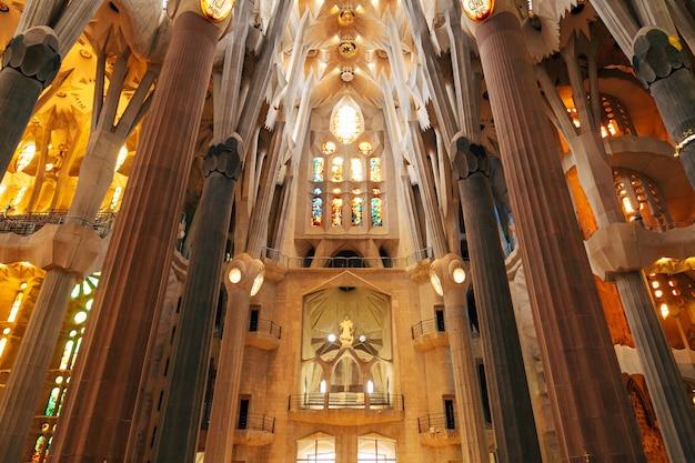 Sagrada familia wnętrza kolumny sklepienia witraże i sufit