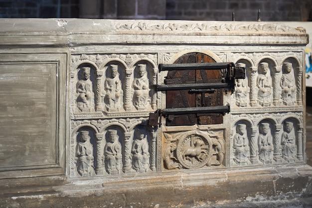 Saint junien, francja - 26 grudnia 2019: kamienny grób lub marmurowy sarkofag św. junien w kościele