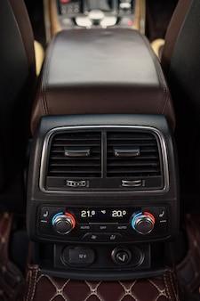 Saint petersburg, rosja-18 sierpnia 2021: wnętrze samochodu audi a6 jest czarne, siedzenie kierowcy to brązowo-beżowa skóra.