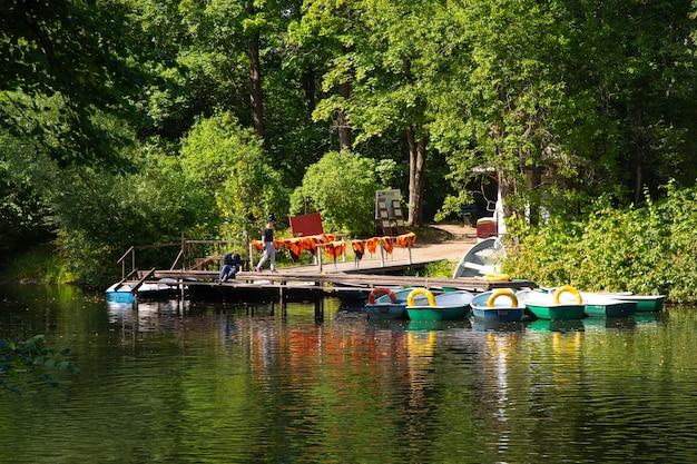 Saint- petersburg rosja 21 sierpnia 2020 przystań łodzi pavlovsk park