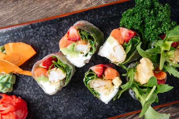 Sajgonki papier ryżowy awokado kremowy ser z łososia