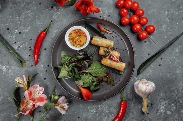 Sajgonki z krewetkami ze słodkim sosem chili. kuchnia azjatycka.