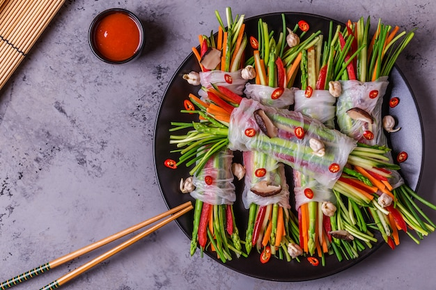 Sajgonki z warzywami i grzybami shiitake na talerzu