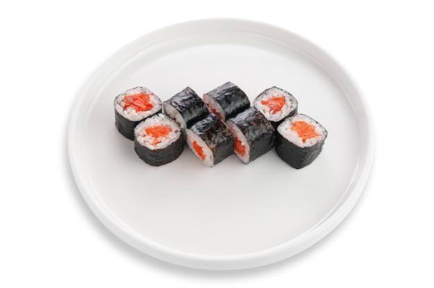 Sake maki sushi z łososiem. na białym talerzu ceramicznym. białe tło. odosobniony.
