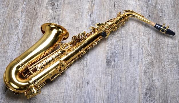 Saksofon na drewnianej powierzchni