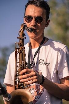 Saksofonista gra na żywo na koncercie