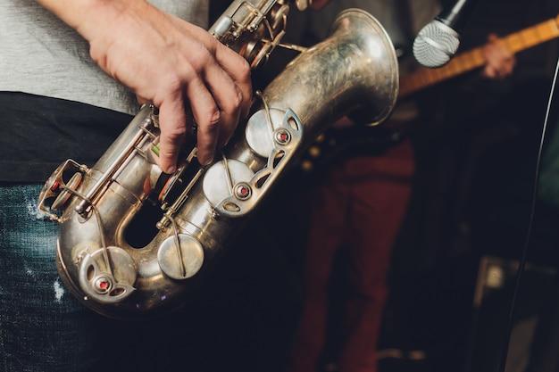 Saksofonista muzyk jazzowy. saksofonista z barytonowym saksofonem.