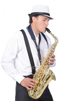 Saksofonista w białej koszuli i białej czapce.