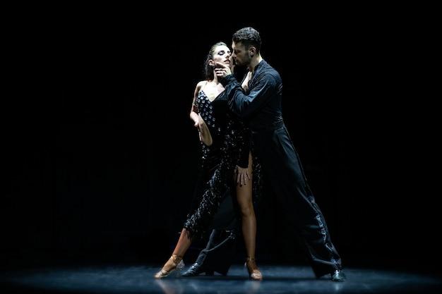 Sala balowa para taniec na czarnym tle.