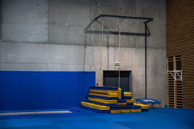 Sala gimnastyczna pusta w budynku szkoły.