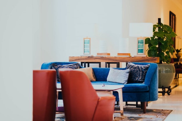 Sala hotelu z krzesłami