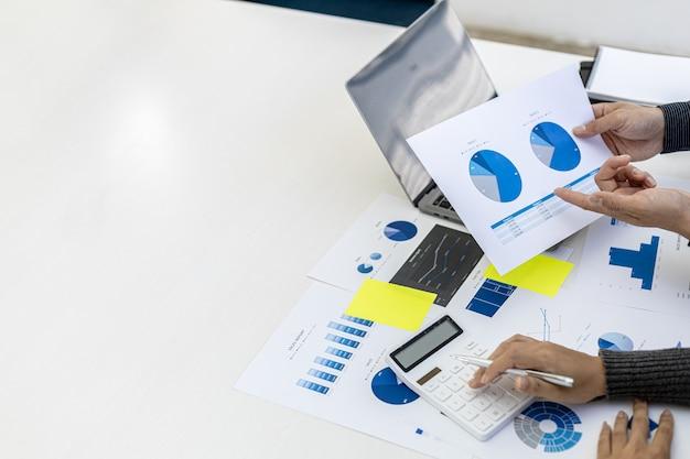 Sala konferencyjna, w której dyrektorzy i marketerzy przeglądają dokumenty sprzedaży, aby analizować, planować marketing i przeprowadzać promocje sprzedaży, przeprowadzają burzę mózgów. koncepcja zarządzania sprzedażą.