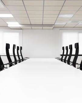 Sala konferencyjna z czarnymi krzesłami