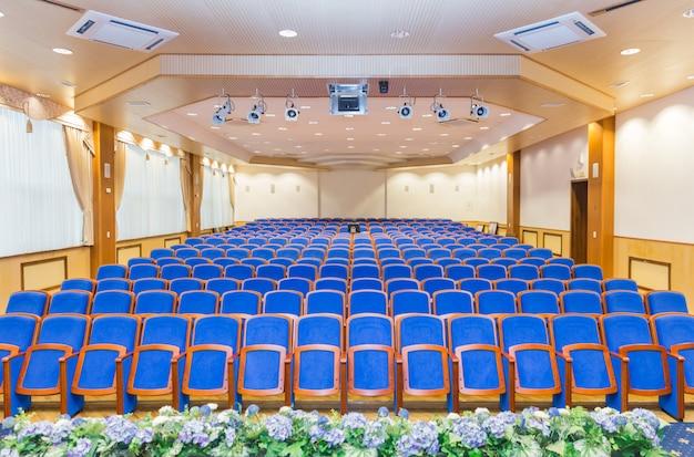 Sala konferencyjna z niebieskimi siedzeniami