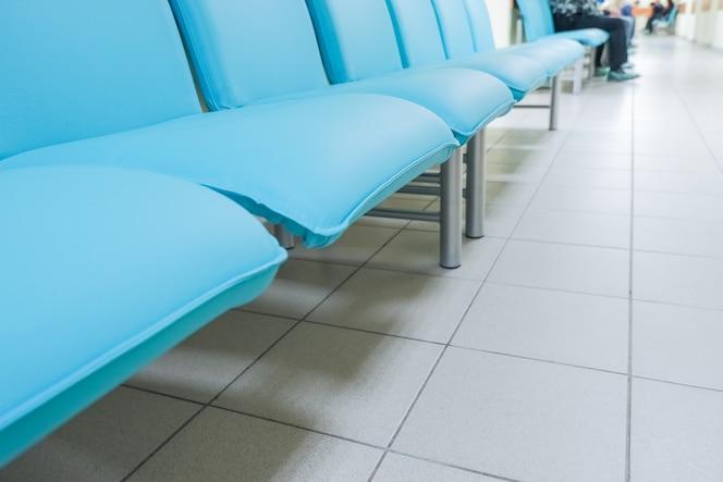 Sala oczekiwań w budynku publicznym. wewnętrzna recepcja w przychodni lekarskiej.