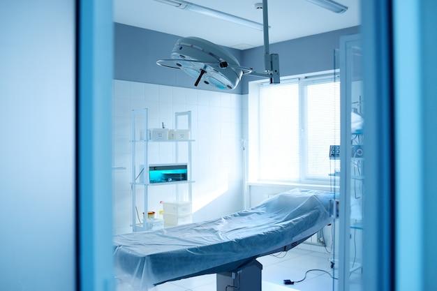Sala operacyjna i lampa chirurgiczna w nowoczesnej klinice
